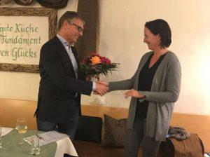 Vorstand Andreas Möhle bedankt sich bei Frau Ahlers CWS Aspach